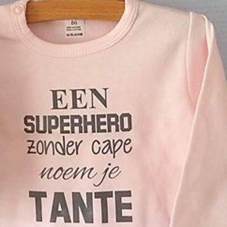 Baby Rompertje roze meisje met tekst   Een superhero zonder cape noem je tante     lange mouw   roze met grijs   maat 74/80