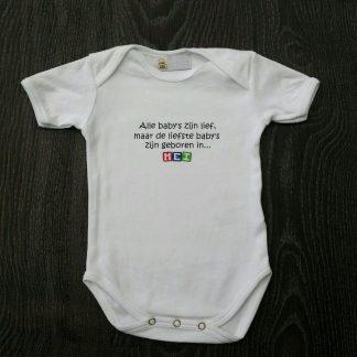 """Witte romper met """"Alle baby's zijn lief, maar de liefste zijn geboren in... Mei"""" - maat 74/80"""