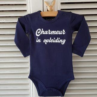 Baby Rompertje blauw jongen met tekst charmeur in opleiding | blauw wit | lange mouw | maat 62-68