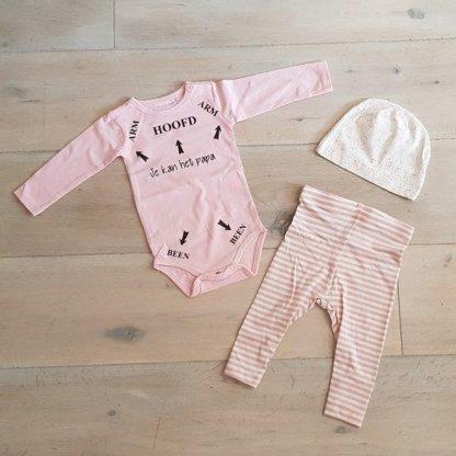 Baby 3delig kledingset meisje   maat 74-80   roze mutsje beertje, roze broekje streepjes en roze romper lange mouw met tekst zwart je kan het papa