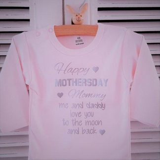 Baby Rompertje meisje tekst mama eerste moederdag cadeau van papa | Happy first mother's Day mommy me and daddy love you to the moon and back | lange mouw | roze zilver | maat 50-56