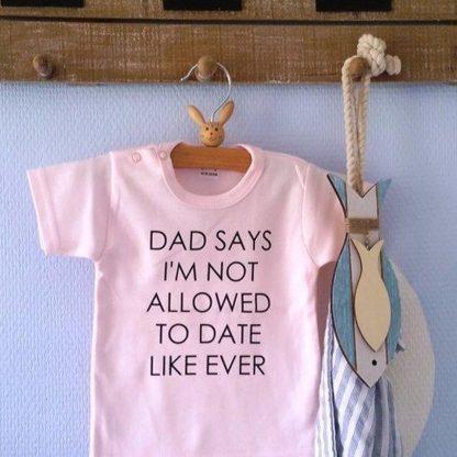 Baby Rompertje tekst cadeau meisje geboren papa | dad says no dating | Lange mouw | roze | maat 62-68 bekendmaking geslacht zwangerschap gender reveal