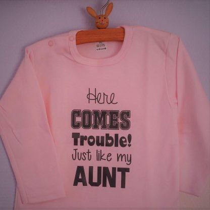 Baby Rompertje bekendmaking zwangerschap aanstaande baby licht rose meisje met tekst tante   Here comes trouble Just like my Aunt   lange mouw   roze met grijs   maat 74/80