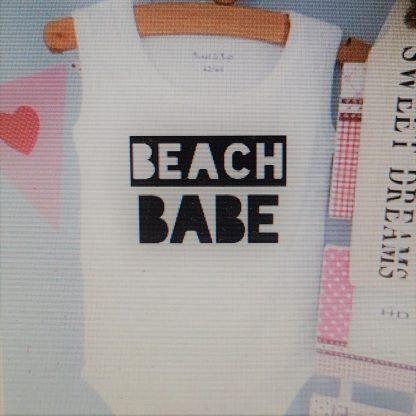 Baby Rompertje cadeautje zwangerschap aankondiging tekst meisje   beach babe   korte mouw mouwloos   wit zwart   maat 62/68   geboorte kraamcadeau cadeau