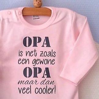 Baby Rompertje licht rose meisje met tekst | Opa is net zoals een gewone opa maar dan veel cooler | lange mouw | roze met grijs | maat 74/80
