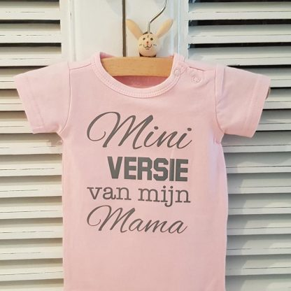 Baby Rompertje licht rose meisje met tekst   mini versie van mijn mama   korte mouw   roze met grijs   maat 50/56