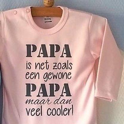 Baby Rompertje lichtroze meisjes met tekst   papa is net zoals een gewone papa maar dan veel cooler   lange mouw   roze met grijs   maat 50/56 vaderdag