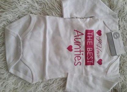Baby Rompertje meisje met tekst tantes   I have the best aunties   Lange mouw   wit met roze   maat 74/80
