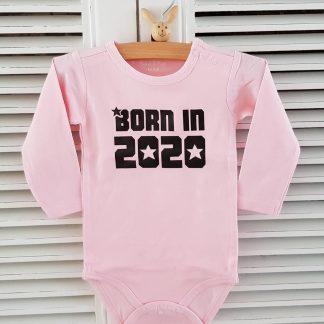 Baby Rompertje new born meisje met tekst Born in 2020 | Lange mouw | roze | maat 50/56 Geboorte Cadeau / Kraamcadeau Baby / cadeautje zwangerschap aankondigen geboren newborn vaderdag