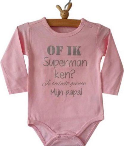 Baby Rompertje roze meisje met tekst   Of ik superman ken? Je bedoelt gewoon mijn papa!   lange mouw   roze   maat 62/68