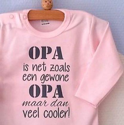 Baby Rompertje roze meisjes met tekst   Opa is net zoals een gewone opa maar dan veel cooler   lange mouw   roze met grijs   maat 50/56