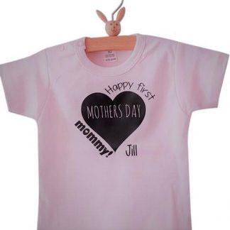 Baby romper roze meisje eerste moederdag tekst Happy first mothers day mommy met naam  korte mouw   roze zwart   maat 62/68