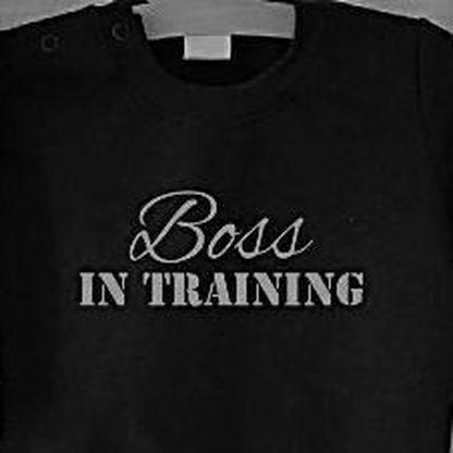 Baby rompertje zwart met tekst opdruk boss in training   lange mouw   zwart wit   maat 50/56 cadeau geboorte jongen kraamcadeau