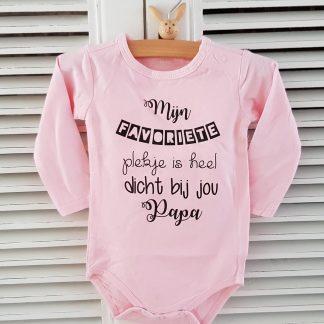 Rompertje baby meisje tekst cadeau eerste vaderdag Mijn favoriete plekje is heel dicht bij jou papa | Lange mouw | roze | maat 50/56