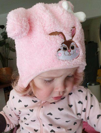 Warme zachte babymuts kindermuts met afbeelding konijn kleur roze maat 48