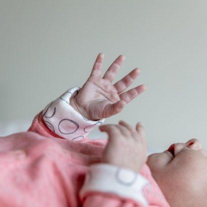 Verhip boxpak + muts roze - 50/56 - babykleding- boxpakje meisje - newborn mutsje - dubbelzijdig te dragen mutsje - kleding baby meisje- newborn kleding - biologisch katoen - kraamcadeau - duurzaam cadeau
