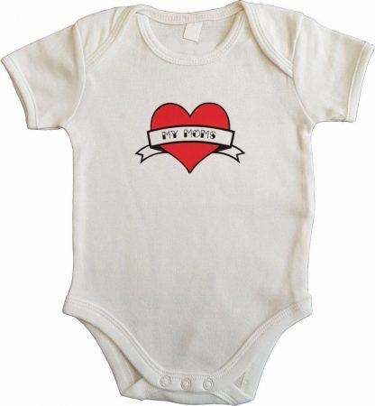 """Witte romper met """"My moms"""" - maat 62/68 - moederdag, zwanger, cadeautje, kraamcadeau, grappig, geschenk, baby, tekst, bodieke"""