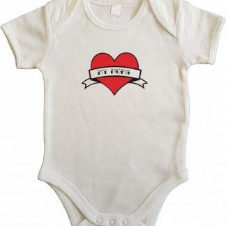"""Witte romper met """"My moms"""" - maat 74/80 - moederdag, zwanger, cadeautje, kraamcadeau, grappig, geschenk, baby, tekst, bodieke"""